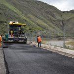 90% de avance en colocación de la carpeta asfáltica en vía Loja-Zamora
