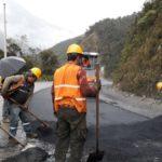 Avanza tendido de asfalto en la vía Gualaceo – Plan Milagro